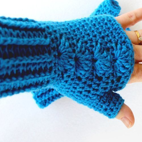 Blue Shells Mitts - Close-up on hand