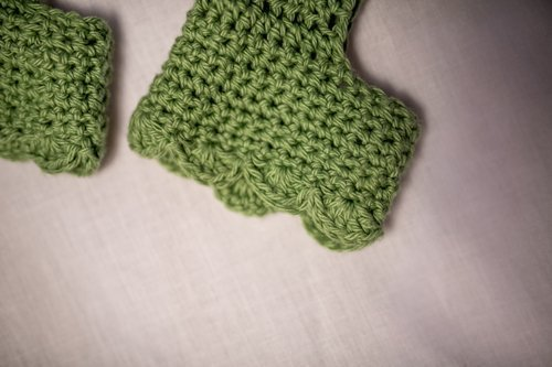 Kiwi Green Exercise Socks trimmed with shells - laid flat - super close up of foot trim